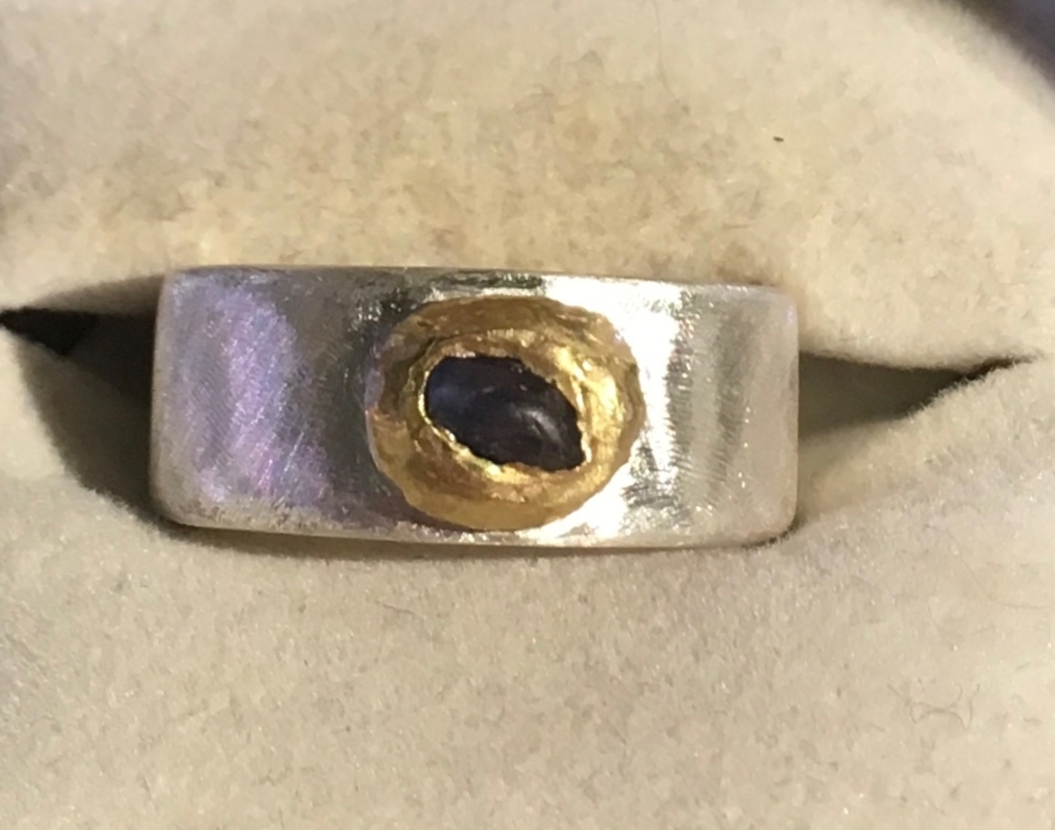 Sterling silver ring with natural sapphire and 22ct gold (18)