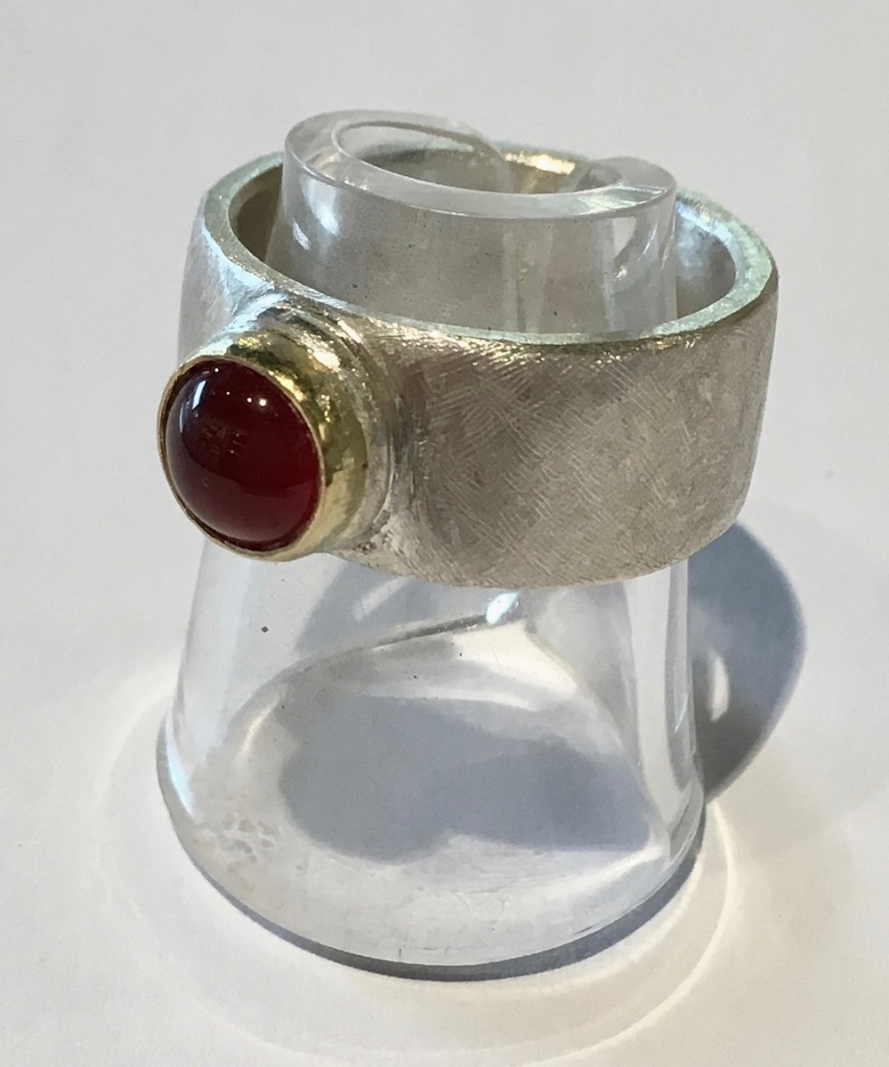 Sterling silver ring with garnet and 18ct gold (21)